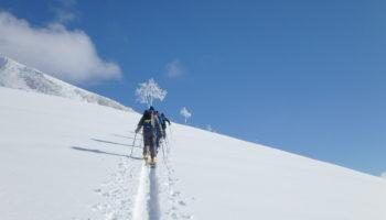 バックカントリーに必要な基本ギアや装備リストを知る スキー&スノーボード